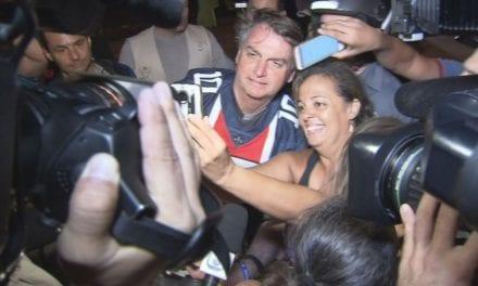 Vídeo: Bolsonaro ESBANJA SIMPATIA DE MOTO pelas ruas do Guarujá