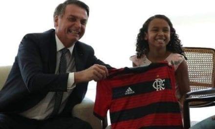 Bolsonaro recebe Yasmin, menina que a imprensa inventou ter recusado a cumprimentá-lo