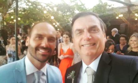 """Educardo Bolsonaro casa, e presidente brinca: """"Aos 35 anos Eduardo entra no time dos homens sérios kkk"""""""