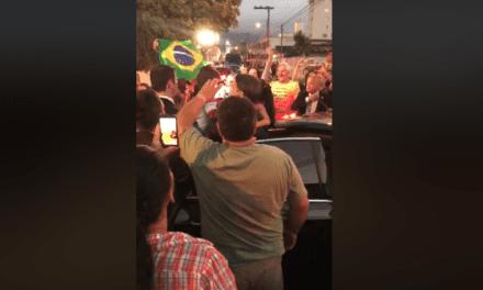 Isso a grande mídia não mostrar: Vídeo que mostra Bolsonaro sendo recebido nos braços dos catarinenses viraliza nas redes sociais