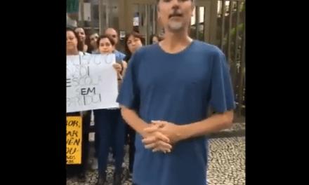 Pais de alunos de colégio no Rio fazem protesto contra a paralisação das aulas por motivo político e contra a doutrinação esquerdista.