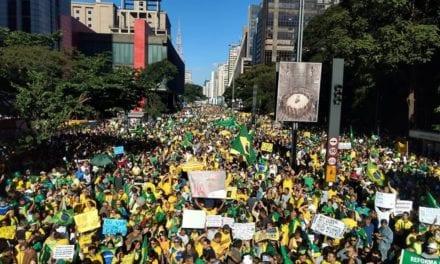 Avenida Paulista é tomada por multidão gigantesca pró-Bolsonaro