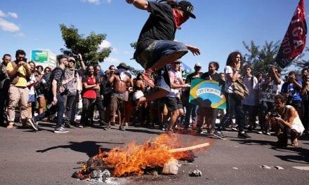 Militantes comunistas ateiam fogo em boneco do Presidente Bolsonaro