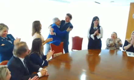 Carlos Alberto de Nóbrega faz visita a Bolsonaro e se emociona