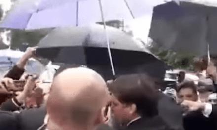 Mesmo sob chuva, multidão de patriotas faz oração com Bolsonaro