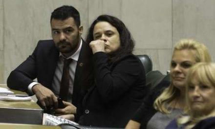 TENSÃO: Deputada Janaína Paschoal enfrenta esquerdistas após invadirem seu gabinete