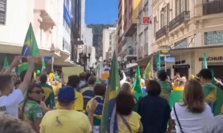 Video: Manifestantes rezam em local onde Bolsonaro sofreu atentado