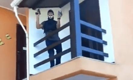 O sucesso do desarmamento: Vídeo mostra bandidos, em casa de luxo, ostentando armamento pesado