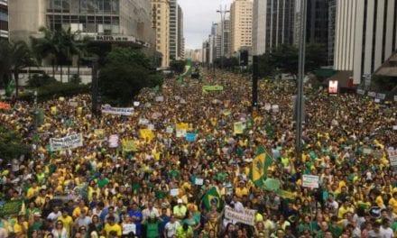 Manifestantes erguem um imenso boneco de Sérgio Moro na Av. Paulista