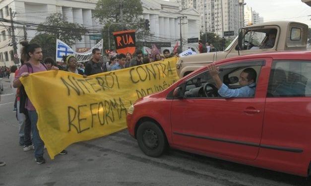 Video: Motorista fura bloquei e avança sobre grevista em Niterói