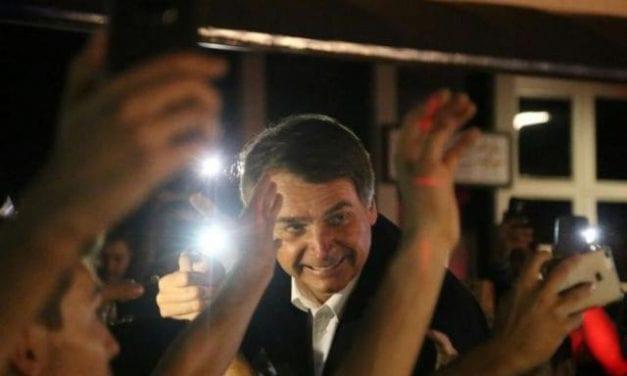 Vídeo: Bolsonaro é surpreendido por apoiadores no Palácio da Alvorada