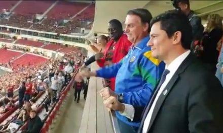 Presidente Bolsonaro e ministro Moro são ovacionados em jogo em Brasília
