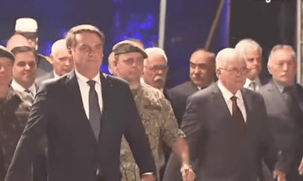 Bolsonaro marcha à frente de militares, ordena fogo a tanque de guerra e é ovacionado por multidão
