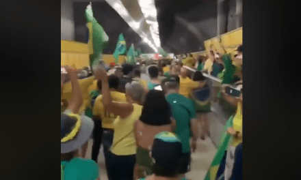 Video: Metrô de Copacabana é totalmente tomado por manifestantes