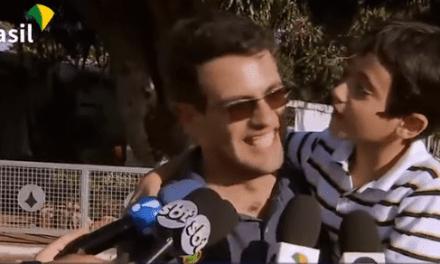 Crianças pedem para conhecer a casa de Bolsonaro e presidente atende o pedido