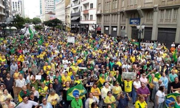 A cidade de Curitiba é invadida por robôs em apoio à Lava Jato e ao Ministro Sérgio Moro (assista ao vídeo)