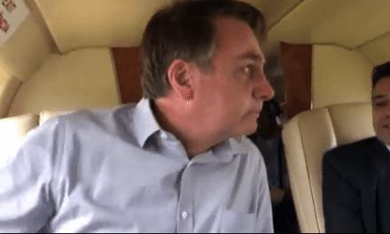 Bolsonaro se emociona ao ser recebido por cidadãos na cidade onde cresceu