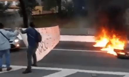 Video: Grevistas bloqueiam rua, ateiam fogo em pneus, e impedem cidadãos de ir e vir