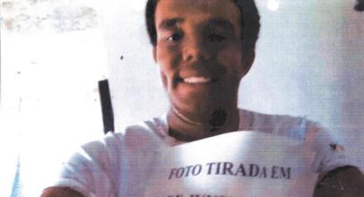 Homem pinta o rosto para obter cota de negro em concurso público