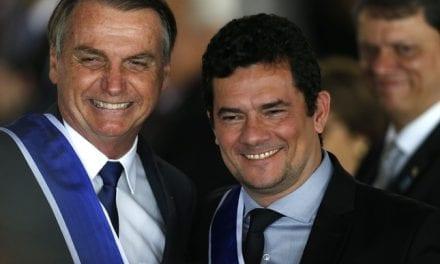Após possíveis vazamentos, presidente Bolsonaro se encontra com Moro e condecora o ministro