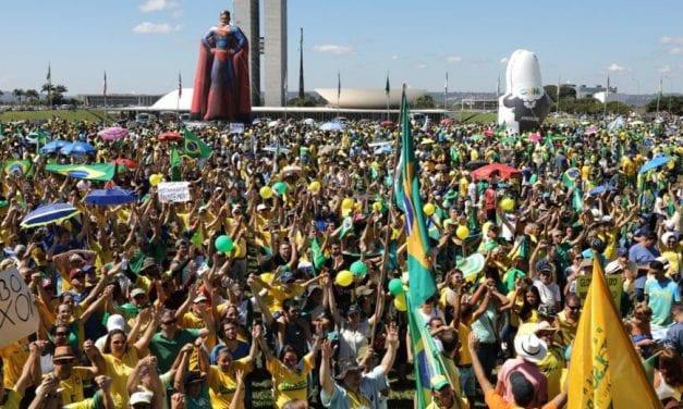 A Praça dos Três poderes em Brasília é tomada por manifestantes a favor da Lava Jato