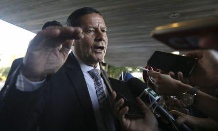 Jornalista tenta insinuar culpa de Bolsonaro por cocaína em avião e prontamente rebatido por General Mourão