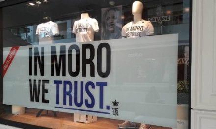 """Marca lança camisa com frase """"In We Trust"""""""
