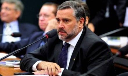 Após ter supostas mensagens vazadas, líder do PT agora defende investigação contra hacker