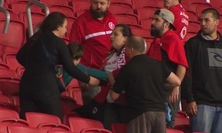 Ao lado de filho pequeno, mãe é agredida por extremista de esquerda em estádio de futebol( assista ao vídeo)