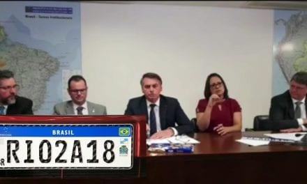 Ao lado do ministro da Infraestrutura, Bolsonaro explica a pegadinha que havia por trás das novas placas de automóveis