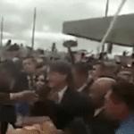 Bolsonaro pula de palco para abraçar cidadãos na Bahia (Veja o video)