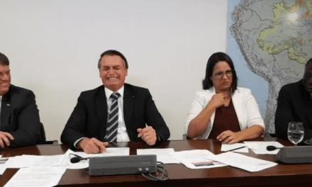 """Bem humorado, Bolsonaro arranca gargalhadas de sua equipe com 'história do ovo': """"Pô, um presidente falando isso pega mal, né"""""""