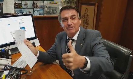 Bolsonaro ironiza jornalista da Veja que noticiou que ele não 'menciona' mais Carlos Bolsonaro