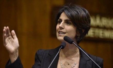 Após prestar depoimento à PF sobre caso do hacker, Manuela D'ávila entrega aparelho celular