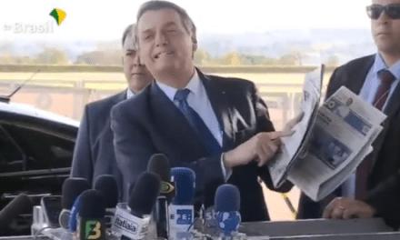 """Na frente de jornalistas, Bolsonaro debocha da imprensa e aponta técnica usada para atacá-lo: """"Globo, Folha e Estadão combinam manchetes para atacar Jair Bolsonaro. """"Tudo bem, MAS …"""""""