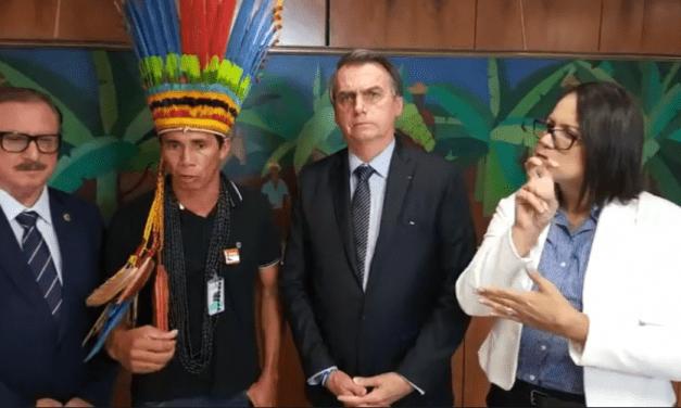 Vídeo – Indígenas fazem denúncia a Bolsonaro sobre exploração de ONGS