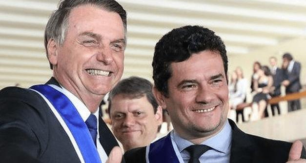 Bem humorado, Bolsonaro faz piada com Sergio Moro e arranca gargalhadas de pessoas ao redor