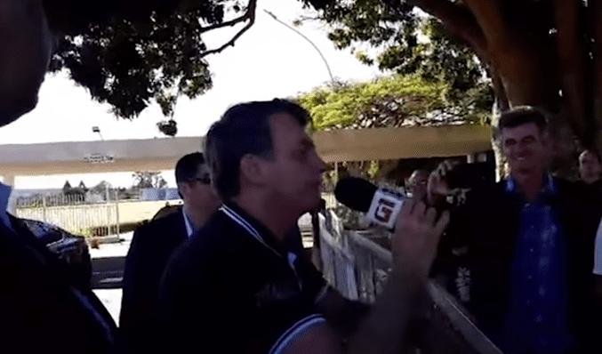 No dia dos pais, Bolsonaro manda recado para Globo, 'pula cerca' e chama repórteres de 'urubus'