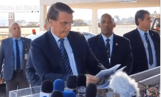 Presidente Bolsonaro lê lista de jornalistas e valores: 'recebem dinheiro público para desinformar'