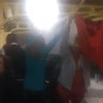 """Vídeo: Com camisas escritas """"Lula Livre"""" cidadãos protestam contra Bolsonaro durante pronunciamento"""