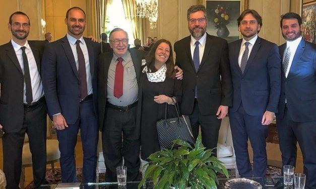 Olavo de Carvalho é condecorado com honraria do governo brasileiro