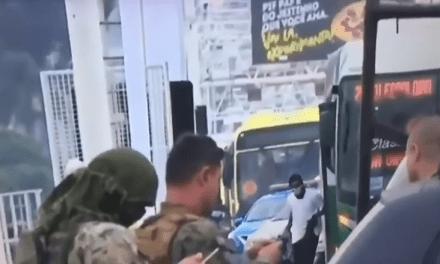 Em transmissão ao vivo, jornalista chama sequestrador de ônibus de vítima