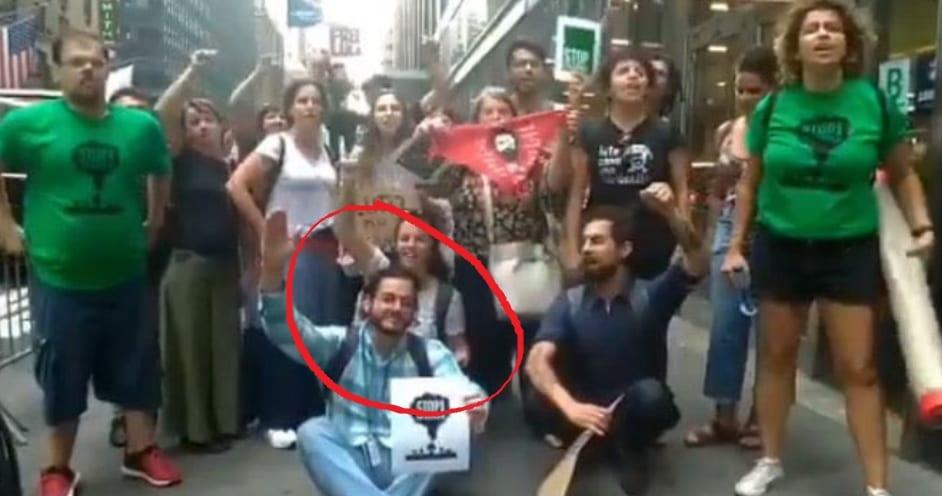 Namorado de Fátima Bernardes participa de protesto esquerdista contra o Presidente Bolsonaro em NY