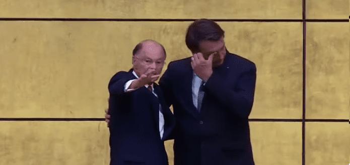 Vídeo: Em culto, bispo detona grande mídia, faz oração por Bolsonaro, e presidente se emociona