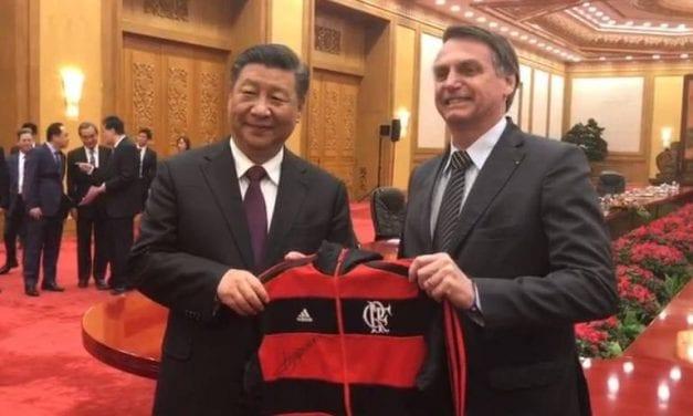 Bolsonaro entrega camisa do Flamengo para Presidente da China