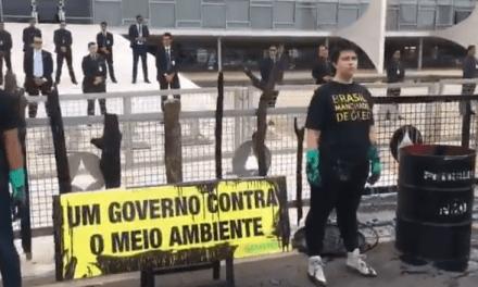 Vídeo: Após negar ajuda para remoção do óleo nas praias do nordeste, Greenpeace derrama óleo no Planalto em protesto