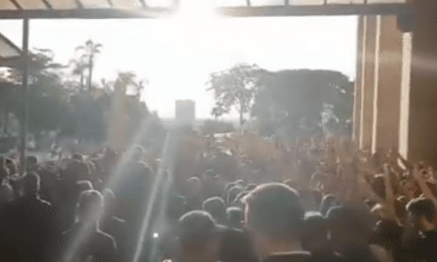 Vídeo: Após padre fazer críticas contra direita durante missa, dezenas de católicos recepcionam e exaltam Bolsonaro