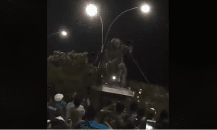 Vídeo: Em protesto, bolivianos derrubam estatua de ditador socialista Hugo Chavez