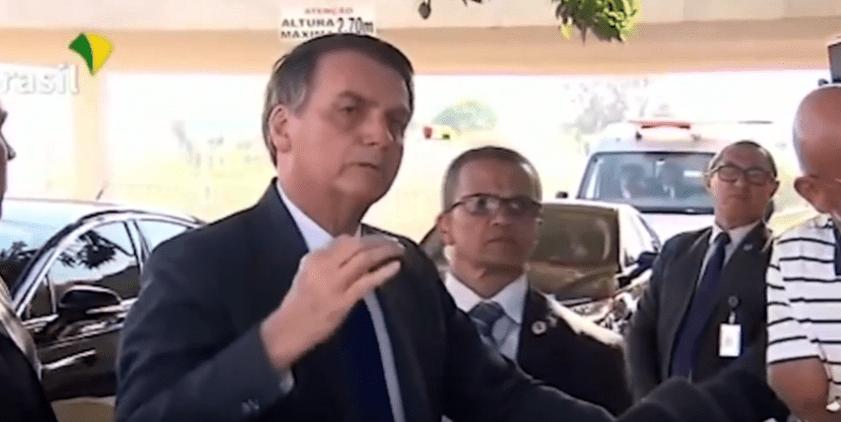 """Vídeo: Frente à frente com jornalistas, Bolsonaro chama Folha de """"esgoto"""" e afirma para imprensa: """"Isso é covardia e patifaria"""""""