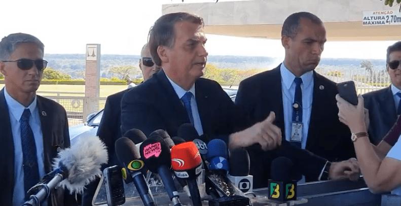 """Bolsonaro abandona entrevista e questiona imprensa: """"Quando vocês vão colocar as imagens que fui vaiado em Aparecida?"""""""